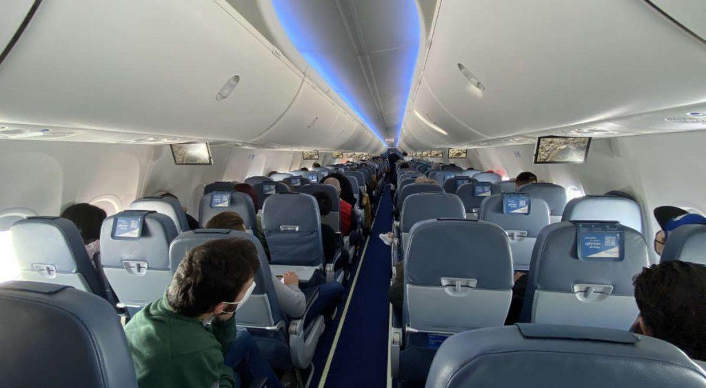 Een vliegtuig tijdens de corona pandemie.